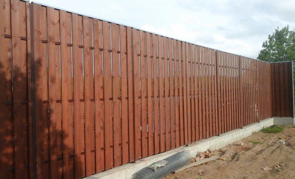 Забор, покрашенный Тиккурилой Валтти колор